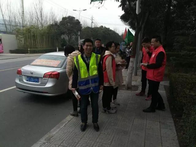参加植树活动的志愿者车队