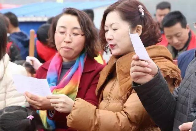 志愿者们共同朗读绿色环保宣言