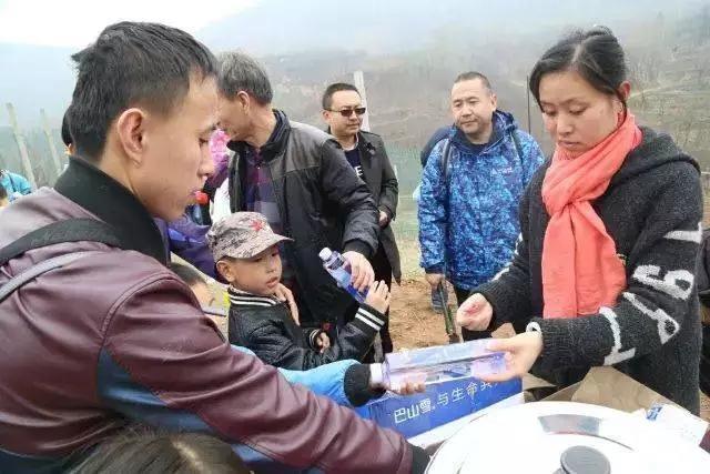 为志愿者们分发巴山雪山饮用水