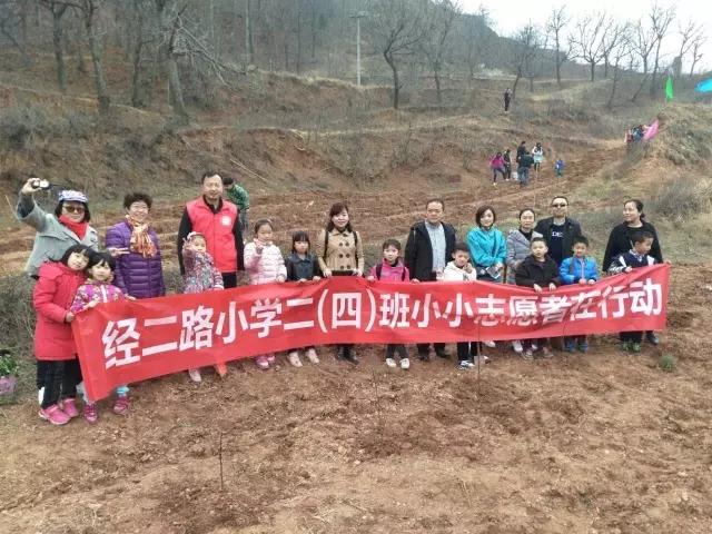 积极参加植树活动的小小志愿者